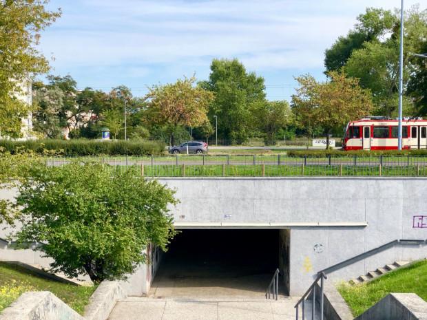 Czasem najgłośniej krzyczy na zdjęciu to, czego na nim nie ma. Tu nie ma przejścia dla pieszych i przejazdu rowerowego. Jest zaś ciemny i zaniedbany tunel. Przymorze, ul. Bolesława Krzywoustego.
