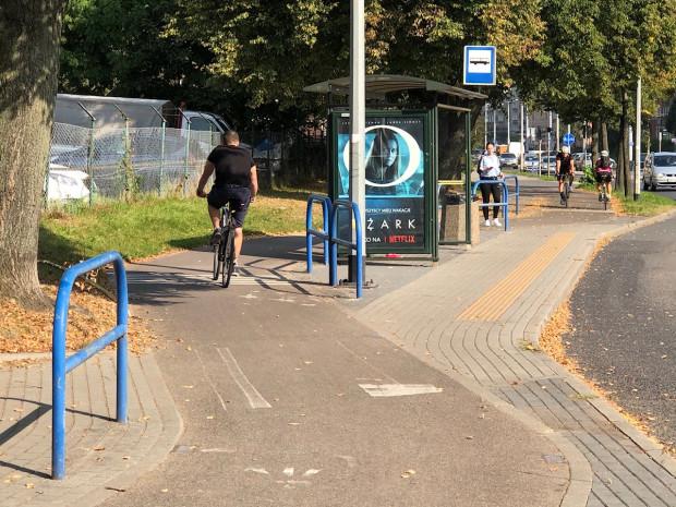 Dotychczasowy sposób prowadzenia chodnika i drogi dla rowerów na obszarze przystanku autobusowego - z dwoma przeplotami i ciągłościąnawierzchni rowerowej. Zatoka dodatkowo utrudnia sprawę,powodując ciasnotęi koniecznośćgłębokiego wcięcia toru jazdy.
