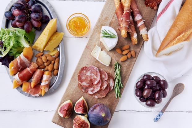Ciekawie skomponowana deska przekąsek może zawierać sery, wędliny, owoce i bakalie.