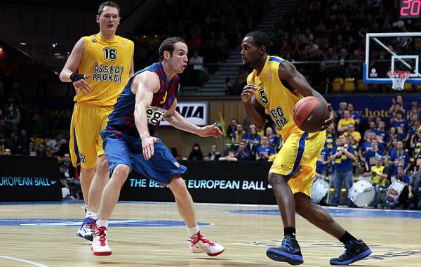 Adam Łapeta (nr 16) grał w barwach gdyńskiej drużyny przeciwko Barcelonie siedem lat temu.