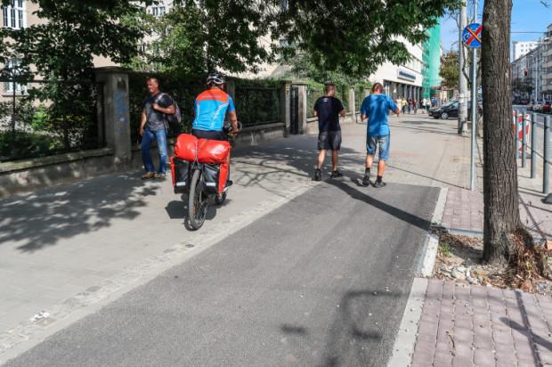 Nowa droga rowerowa przy ul. 10 Lutego urywa się na środku chodnika.