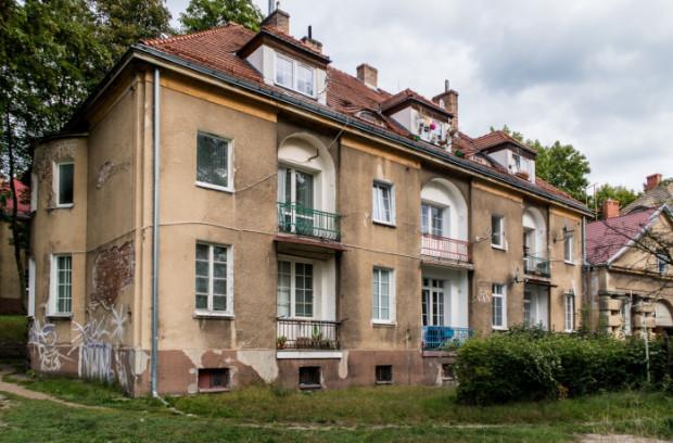 Mieszkańcy budynków przy ul. Arciszewskich w Gdyni od lipca muszą korzystać z beczkowozów, które nie są jednak pod budynkami przez cały czas.