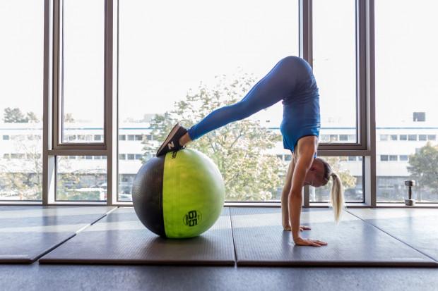 Kombinacje ćwiczeń z piłką poprawiają kondycję mięśni brzucha.