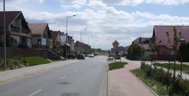 """Część kierowców nie patrzy na znaki i czerwony chodnik z zasady uważa za """"ścieżkę rowerową""""."""