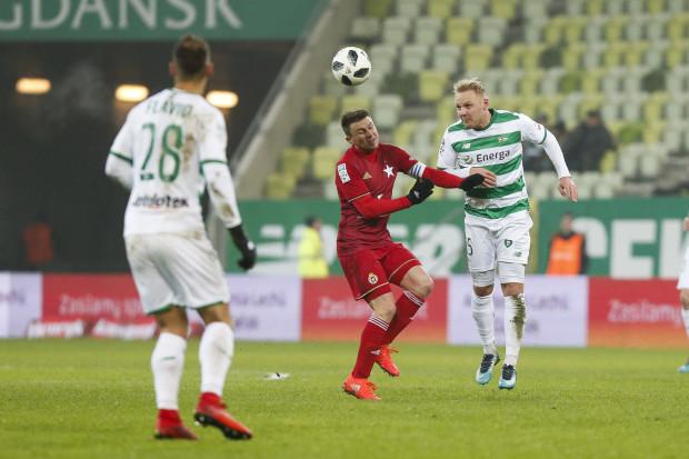 Rafał Boguski (w środku) zaliczył asystę przy czwartym i strzelił piątego gola dla Wisły Kraków. Piłkarze Lechii Gdańsk przegrali w ekstraklasie pierwszy raz od 4 maja. Na zdjęciu także: Daniel Łukasik i Flavio Paixao.