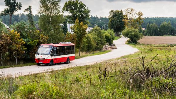Linia 268 ma przede wszystkim ułatwić dojazd do przystanku PKM, ale na jej trasie znajdują się też lokalne szkoły, których uczniowie chętnie korzystają z minibusów. Nz. ulica Smęgorzyńska.