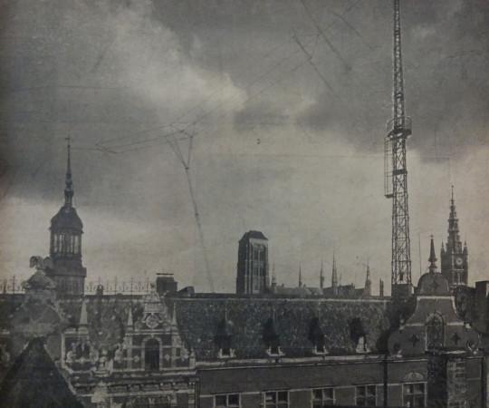 Antena nadawcza gdańskiej rozgłośni rozpięta między wieżyczką a kratownicą na dachu głównego urzędu pocztowego Wolnego Miasta, zajmującego parcelę między ul. Długą a Ogarną, 1926 r.