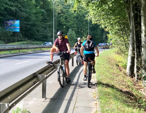 Taka mijanka nie tylko nie należy do komfortowych, ale jest na stromym odcinku wprost niebezpieczna, nie tylko z uwagi na rowerzystów i nielicznych tam pieszych, ale również, a może przede wszystkim, ze względu na pędzące auta.