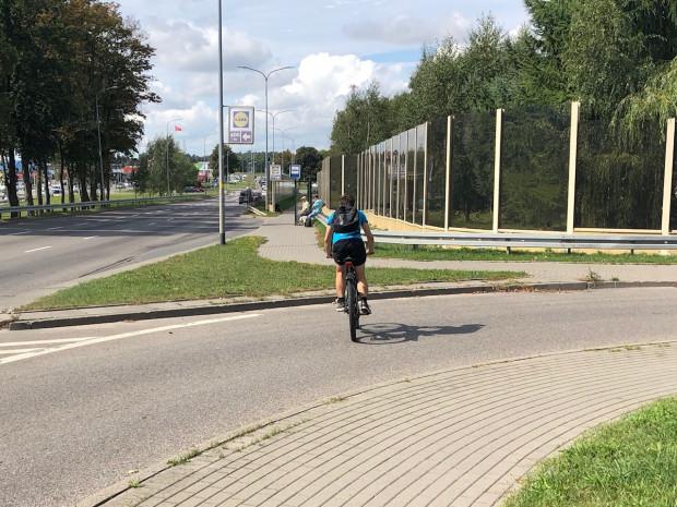 Ul. Cytrowa, skrzyżowanie z ul. Słowackiego. Miejsce nie zachęca do jazdy. Chodnik z kostki fazowanej, wysokie krawężniki. Przystanek bez jakichkolwiek rozwiązańrowerowych.