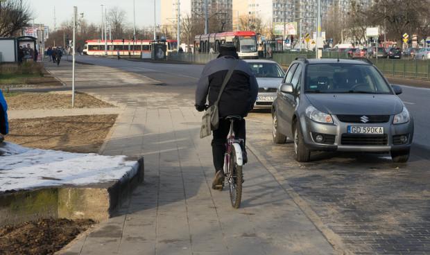 Na ul. Chłopskiej stary asfaltowy chodnik z drogą rowerową, wyznaczoną białą farbą, został zwężony, aby wybudować nowe miejsca parkingowe, z których - zdaniem działaczy RM - korzystają mieszkańcy pobliskiego budynku deweloperskiego.