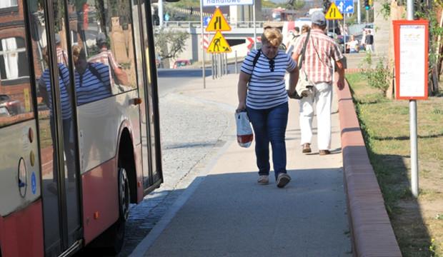 Nowy, wąski przystanek autobusowy przy ul. Okopowej to zdaniem RM jeden z przykładów budowy infrastruktury w ramach porozumienia miasta z deweloperem kosztem wygody pieszych.