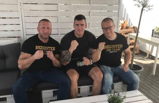 Damian Kostrzewa z trenerem Maciejem Brzostkiem (z lewej) i menedżerem Łukaszem Borowskim (z prawej).