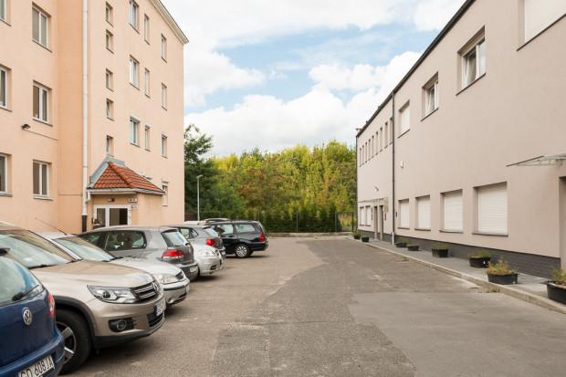 Wejście do parku będzie wykonane tylko od strony zaplecza budynku Wojska Polskiego 39 (po lewej).