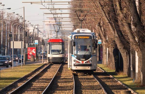 Po Gdańsku kursuje codziennie ponad 100 tramwajów, z czego zdecydowana większość jest niskopodłogowa. Wciąż jednak można spotkać tramwaje, które nie posiadają żadnych udogodnień dla osób niepełnosprawnych i wymagają wchodzenia do środka po schodach.