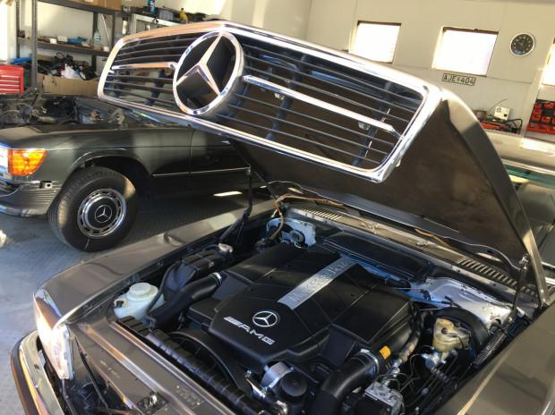 Mercedes-Benz W107 z silnikiem M113 z modelu S55 AMG z 2000 roku.