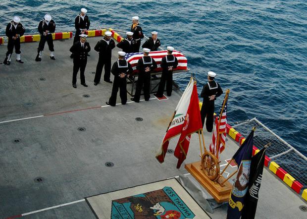 Ceremonia pochówku w morzu na pokładzie amerykańskiego okrętu wojennego.