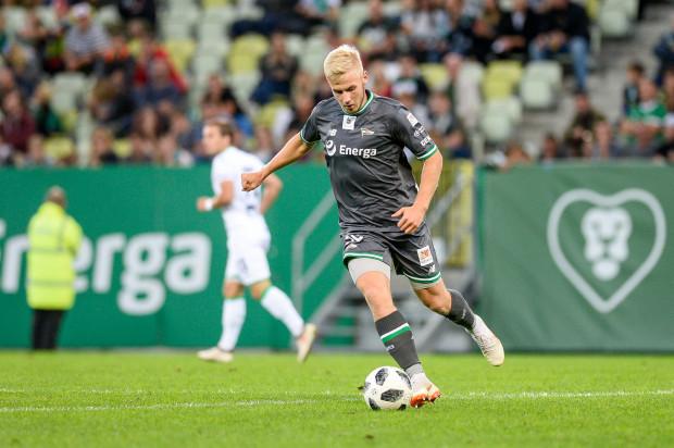 Tomasz Makowski do Lechii trafił w lipcu 2015 roku. Na oficjalny debiut w pierwszym zespole przyszło czekać mu ponad trzy lata, ale zebrał za niego bardzo dobre recenzje.
