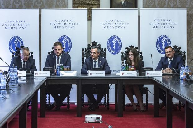 Dr Jerzy Karpiński, Janusz Cieszyński, prof. dr hab. Marcin Gruchała, Agata Smoleń,  prof. Marcin Fijałkowski podczas konferencji prasowej.