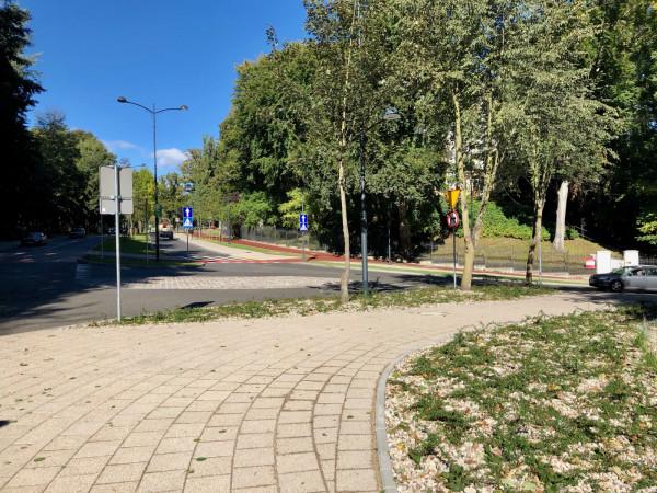 Brakuje przejścia dla pieszych dla osób idących wzdłużul. Haffnera. Powinno prowadzićprzez ul. Powstańców Warszawy blisko ronda, w miejscu gdzie na zdjęciu widoczny jest samochód.