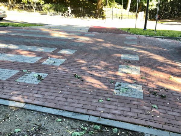 Fazowana, betonowa kostka na sopockich drogach rowerowych urosła do rangi symbolu. Sprawa podnoszona jest od lat i zakładamy, że to ani przypadek, ani niedbalstwo. Tylko po co robićna złość rowerowym użytkownikom miasta?