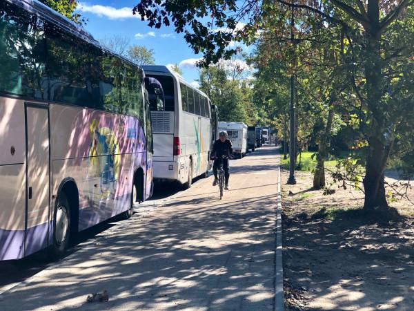 Od ronda z ul. Powstańców Warszawy w dół po zachodniej stronie ul. Haffnera separowana droga dla rowerów będzie prowadziła po prawej, za szpalerem drzew. W chwili naszej wizyty wciąż nie była jeszcze wykończona.