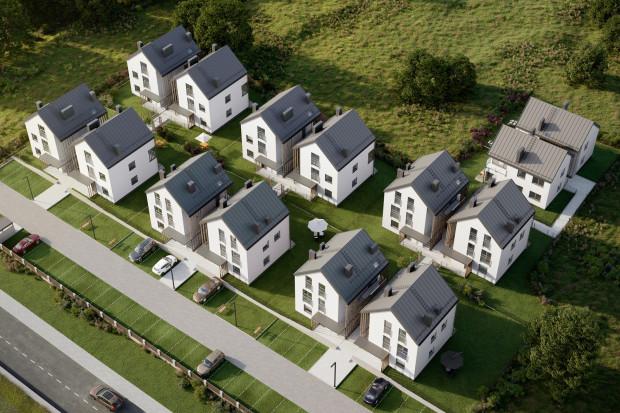 Rozkład budynków osiedla został szczegółowo przemyślany: budynki od ulicy oddzielone są parkingiem, a pokoje dzienne skierowane na południe.