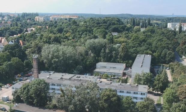 Na pierwszym planie teren sprzedany firmie Euro Styl. Powyżej grunt przy Legnickiej wystawiony na sprzedaż przez miasto.