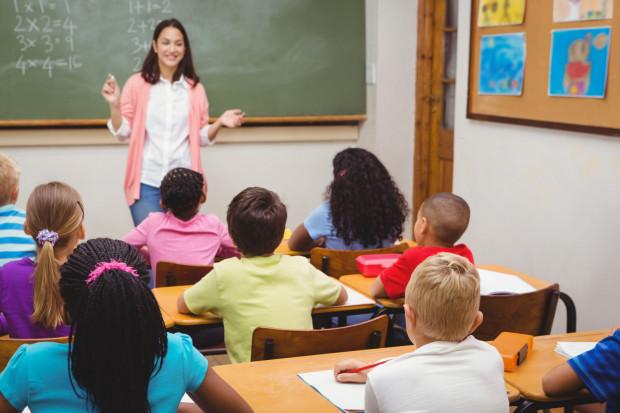 Młodzi ludzie nie są zainteresowani pracą nauczyciela. Odstraszają ich m.in. długa ścieżka awansu zawodowego i niskie zarobki.