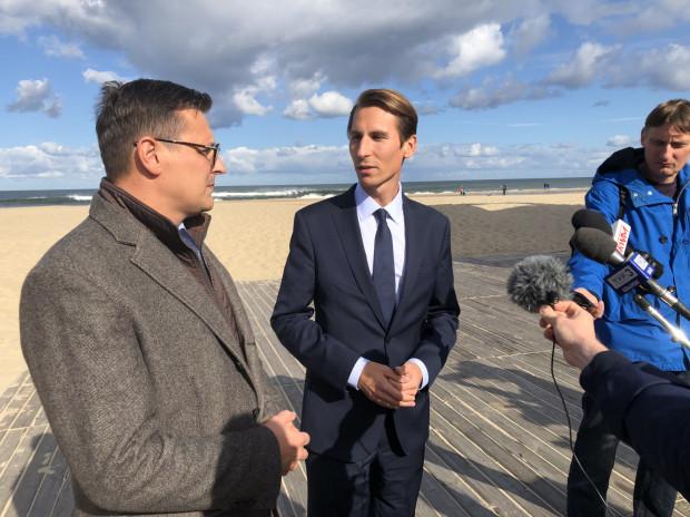 Prezes Zarządu Portu Morskiego Gdańsk Łukasz Greinke i kandydat PiS na prezydenta Gdańska Kacper Płażyński podczas wspólnej konferencji na plaży na Stogach.