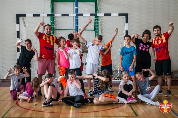 Szczypiorniści Arki Gdynia promują piłkę ręczną odwiedzają uczniów w szkołach. Ich, a także piłkarki ręczne Arki można zaprosić na lekcję w-f.