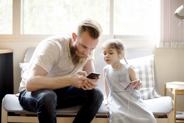 Zamiast spędzać czas z dziećmi godzinami gapimy się w ekran. One niestety robią to samo.