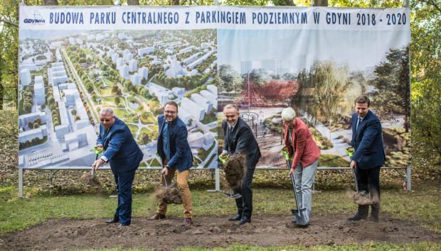 Początek budowy Parku Centralnego. Od lewej: Markos Pagudis (prezes Agencji Rozwoju Gdyni), Marek Łucyk (pełnomocnik prezydenta ds. projektów strategicznych), Wojciech Szczurek (prezydent Gdyni), Joanna Zielińska (przewodnicząca Rady Miasta Gdyni) i Kamil Rozmus (prezes wykonawcy).