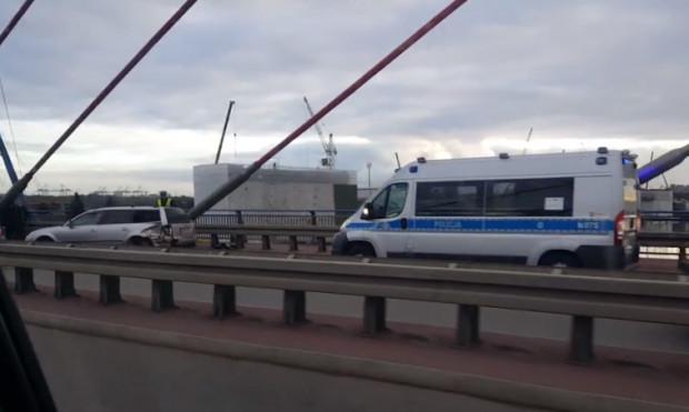 Wypadek na moście wantowym spowodował duże utrudnienia w ruchu. Jego skutki mogły być o wiele poważniejsze.