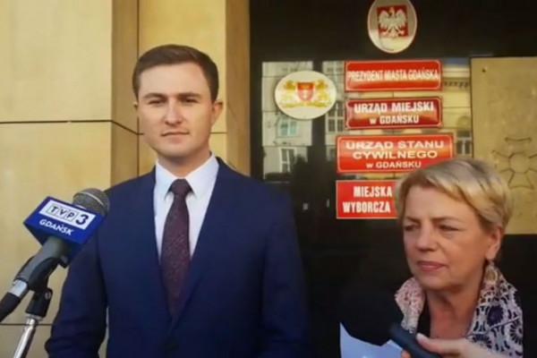 Piotr Grzelak i Danuta Janczarek zaprzeczają istnieniu mobbingu w urzędzie.