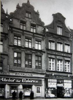 """Przed kinem """"Rathaus-Lichspiele"""" przy ul. Długiej 60-61 w latach 30. ubiegłego wieku."""