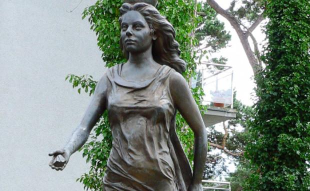 Rzeźba bogini Juraty, stojąca - gdzie by indziej - w Juracie.
