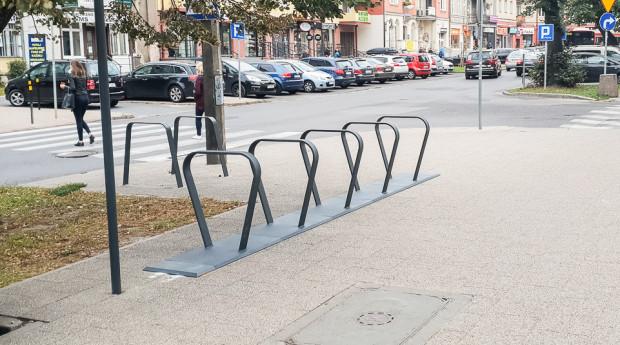 Stojaki rowerowe ustawione z myślą o systemie Mevo.