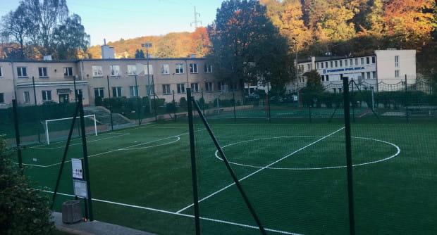 Przyszkolne boisko przy ul. Wolności w Gdyni było dotąd wykorzystywane przez Uczniowski Klub Sportowy Pomorzanin. Teraz młodzież dzieli się nim z piłkarzami Arki, Bałtyku i KP Gdynia.