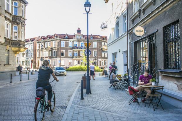 """W Gdańsku pojawiają się obszary, które można określać mianem """"miasta dla ludzi"""". Proces przemian jest jednak na początku swojej drogi."""