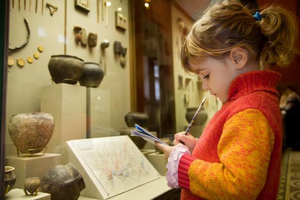 Każda wystawa, a zwłaszcza taka, na której prezentowane są jakieś cenne eksponaty, powinna być do odwiedzin najmłodszych odpowiednio przygotowana.