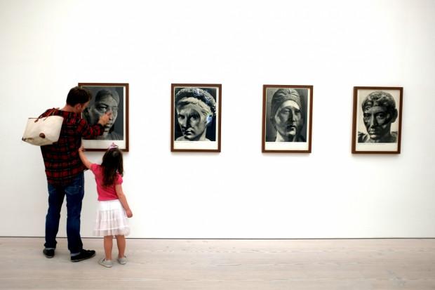 Rodzice decydują sami - mogą zabrać dziecko do muzeum i pokazać mu daną wystawę, która jest skierowana do dorosłego odbiorcy.
