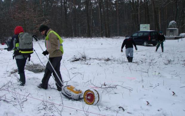 Badanie geofizyczne nie wiążą się z ingerencją w strukturę terenu. Można je z powodzeniem prowadzić zimą.