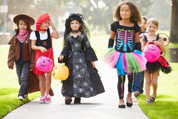 """Do typowych zabaw halloweenowych zalicza się m.in. zabawa """"cukierek albo psikus"""". Rzadkością jest, aby maluchy wzorem amerykańskim odwiedzały domy sąsiadów, ale i na to trzeba być przygotowanym."""