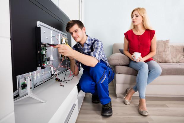 Głównymi przyczynami przepięć są krótkotrwałe wzrosty napięcia w instalacji elektrycznej, burze czy wyładowania atmosferyczne.