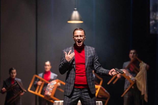 """Jan Jakub Monowid ma bardzo trudne zadanie, by sprostać niemuzykalnemu tekstowi """"Tanga"""", a w kluczowej roli Artura ma do zaśpiewania najwięcej ze wszystkich."""