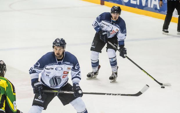 """Szymon Marzec (z krążkiem) rozpoczął zdobywanie bramek w hali """"Olivia"""", ale to Zagłębie wywozi punkty z Gdańska."""