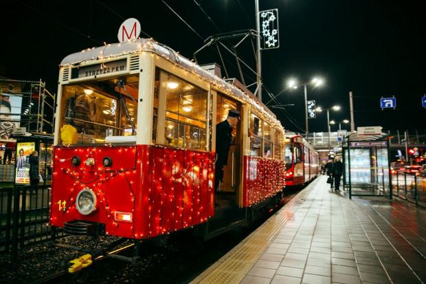 Tak udekorowany tramwaj regularnie wyjeżdża na gdańskie tory w okresie Bożego Narodzenia.