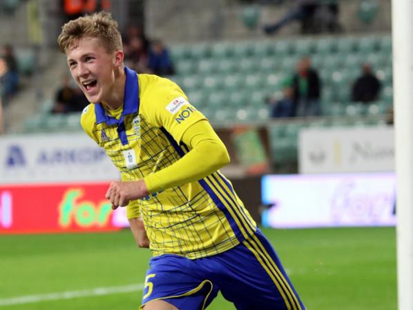 Gdy ostatnio Mateusz Młyński jest na boisku, strzela gole, a Arka Gdynia wygrywa. Tak było w Morągu, a wcześniej we Wrocławiu. Pomiędzy tymi meczami 17-latek derby przesiedział na ławce rezerwowych.