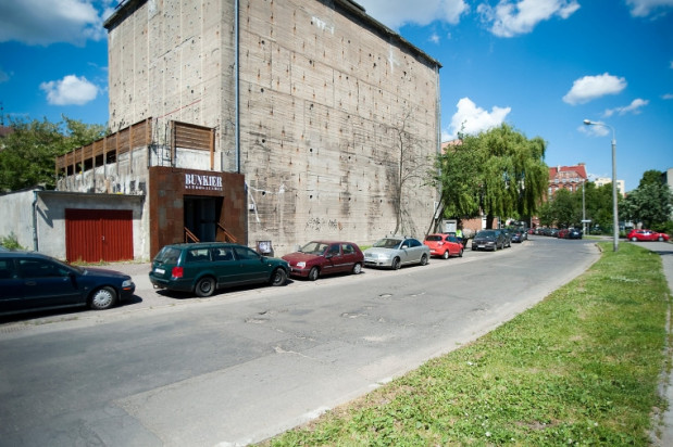 Klub Bunkier zajmuje kilka poziomów wybudowanego podczas drugiej wojny światowej bunkra przy ul. Olejarnej.