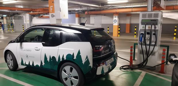 BMW i3 oprócz terminali ładujących, może być ładowane także przy użyciu zwykłych gniazd elektrycznych.